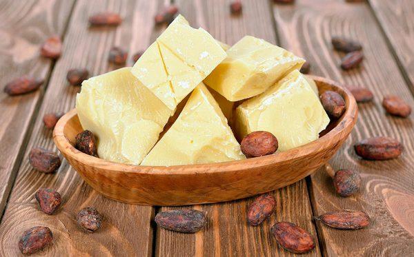 Масло какао на деревянной подставке