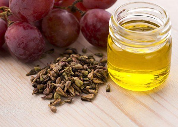 Масло виноградных косточек в прозрачной банке
