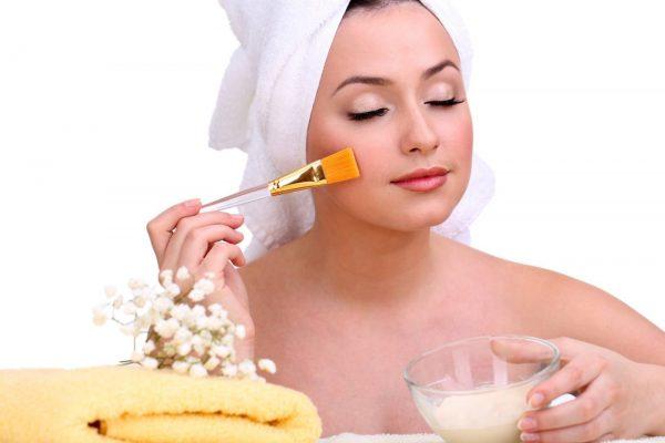Нанесение масла лемонграсса на лицо
