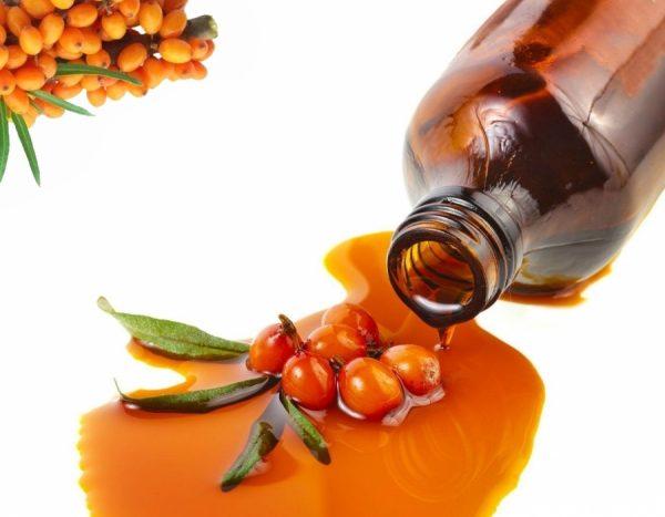 Облепиховое масло вытекает из бутылочки