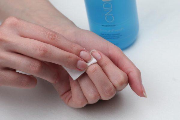 Протирание ногтей обезжиривателем