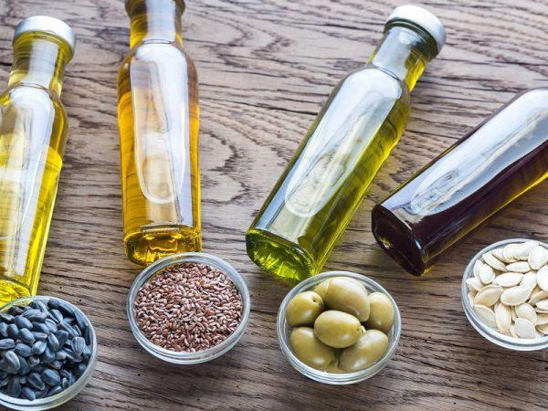 Растительные масла в прозрачных бутылочках