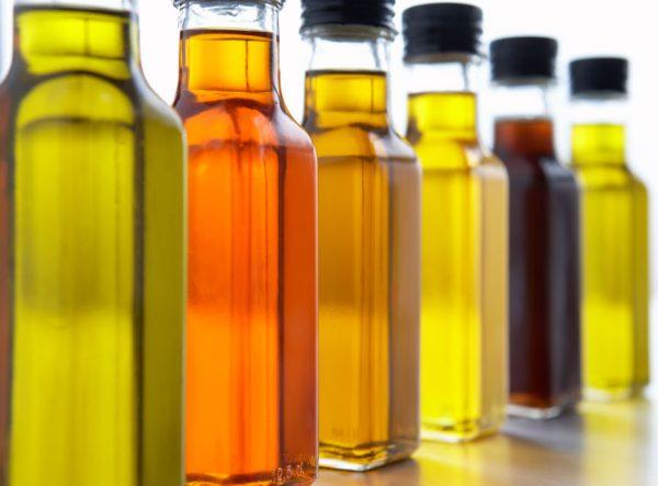Растительные масла разных оттенков в прохрачных бутылках