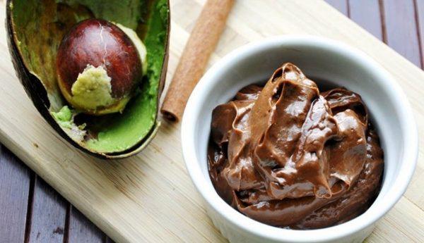 Шоколадное мороженное из авокадо с кокосовым маслом в белой пиале