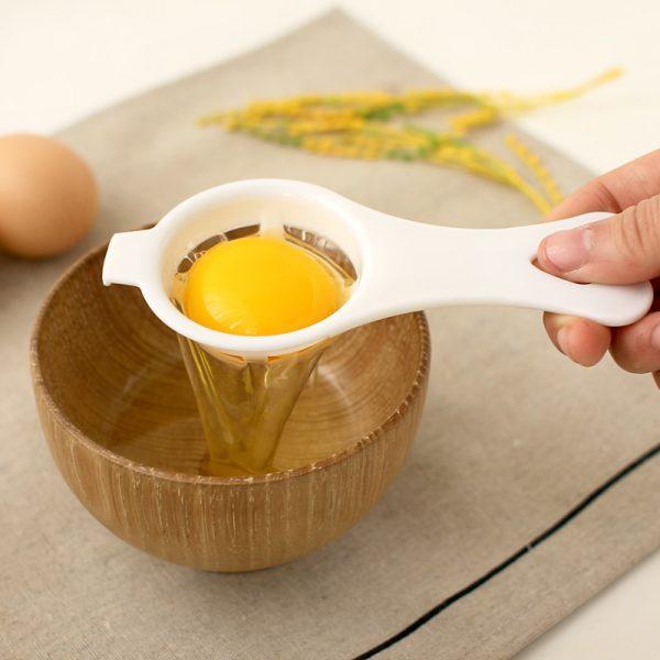 Сырой желток в специальном приспособлении