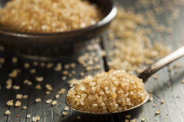 Тростниковый сахар на ложке