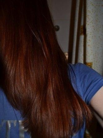 Волосы девушки, которая использует масло иланг-иланга в составе домашних масок для ухода за локонами
