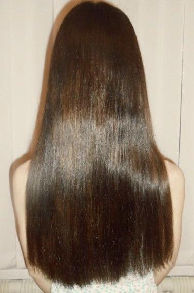 Волосы девушки после использования масла розмарина в составе домашних масок