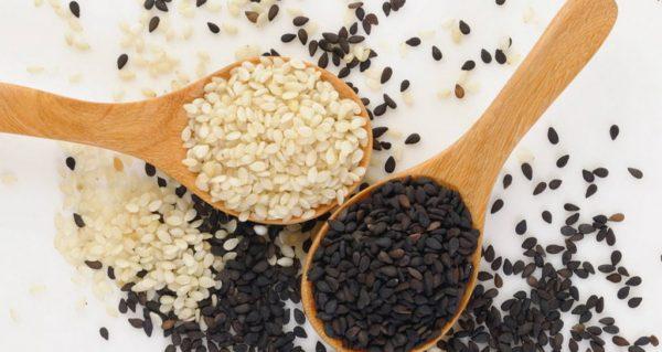 Свежие и обжаренные семена кунжута
