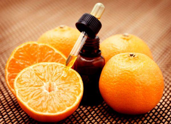 Несколько апельсинов и апельсиновое масло