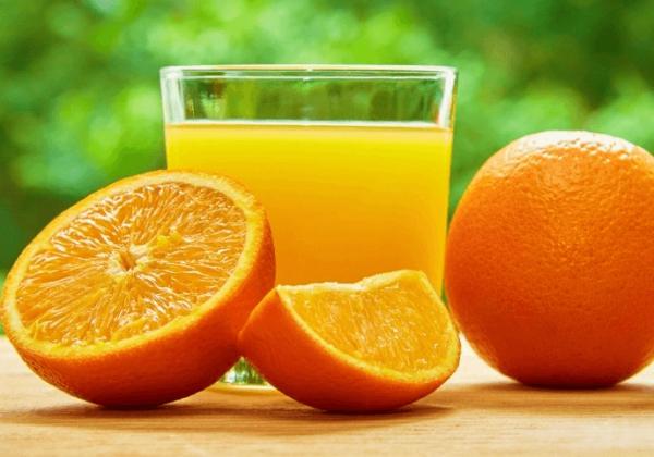Апельсиновый сок в стакане и фрукты
