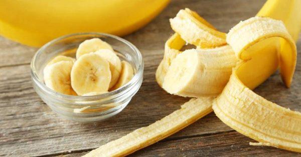 Банан, порезанный кружочками, в пиале
