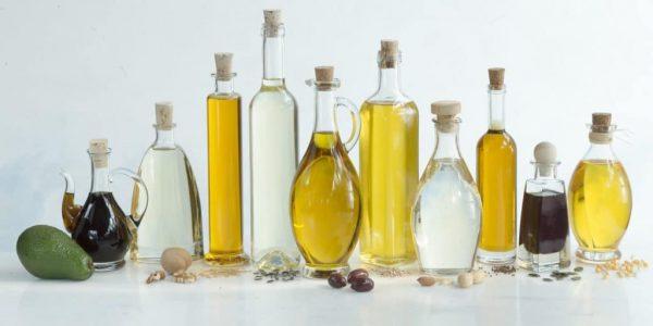Базовые масла в прозрачных графинах и бутылочках