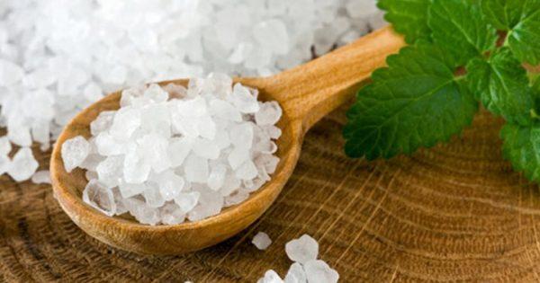 Белая морская соль в деревянной ложке