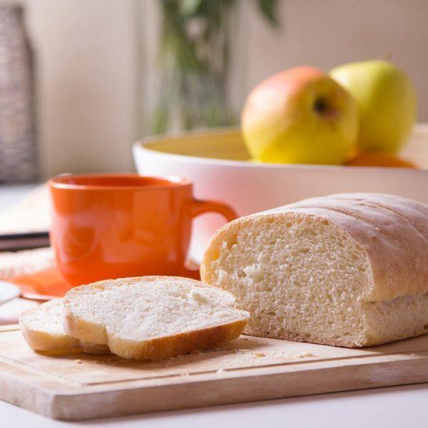 Белый хлеб на разделочной доске