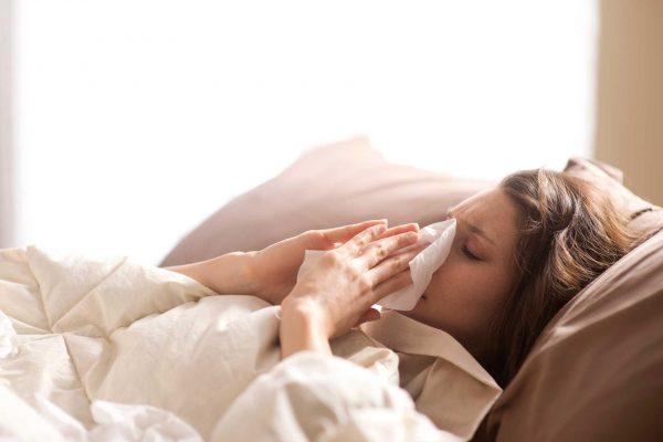 Болеющая девушка в постели