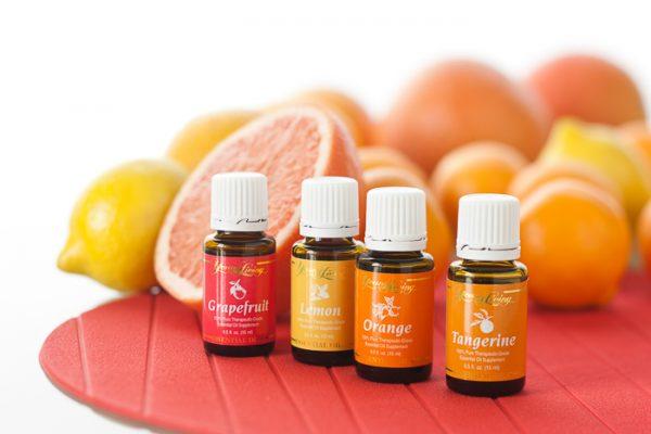 Цитрусовые эфирные масла в тёмных флаконах и плоды