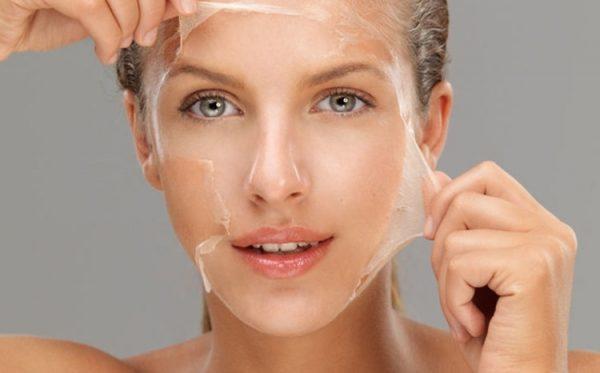 девушка снимает кожу с лица