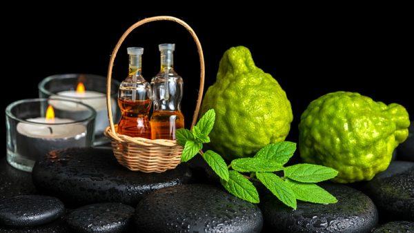 Эфирное масло бергамота в прозрачных флаконах