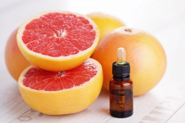 Эфирное масло грейпфрута в тёмной бутылочке