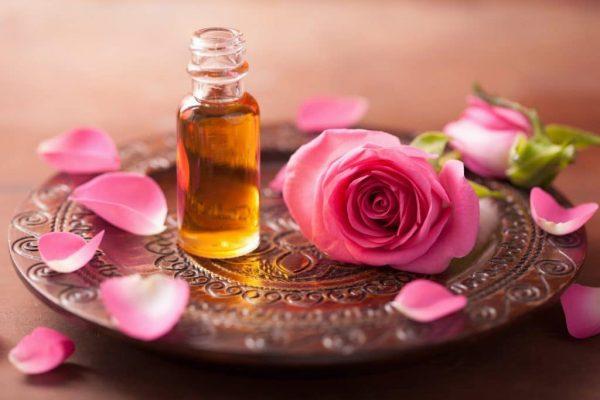 Эфирное масло розы в прозрачном флаконе