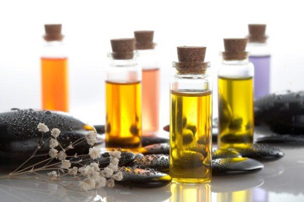 Эфирные масла в стеклянных баночках