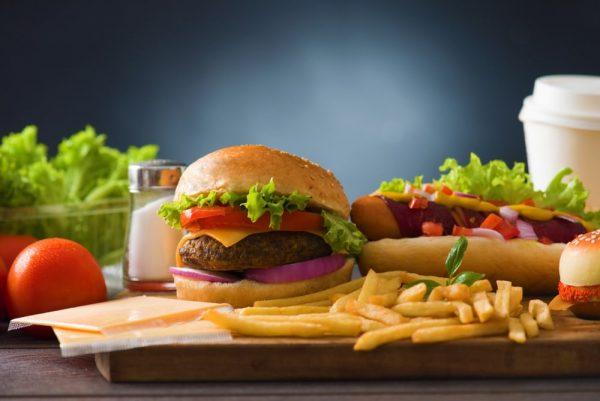 Гамбургер и картофель фри на деревянной доске