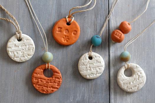 Глиняные медальоны на столе