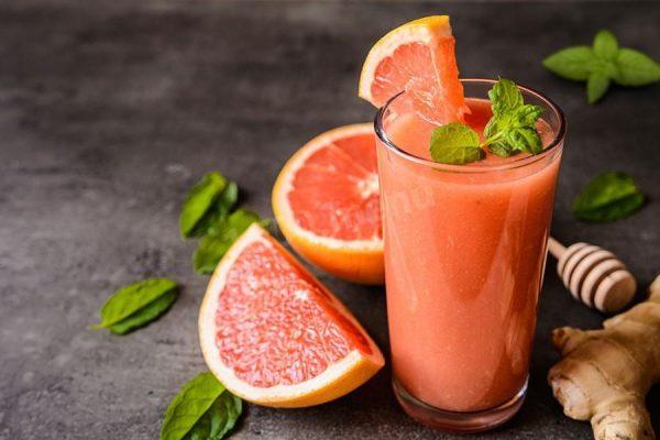 Грейпфрутовый сок в прозрачном стакане