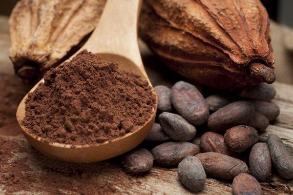 Какао-порошок на деревянной ложке