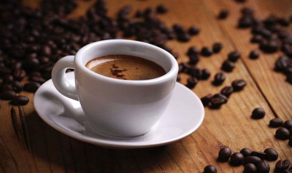 Кофе в белой чашке