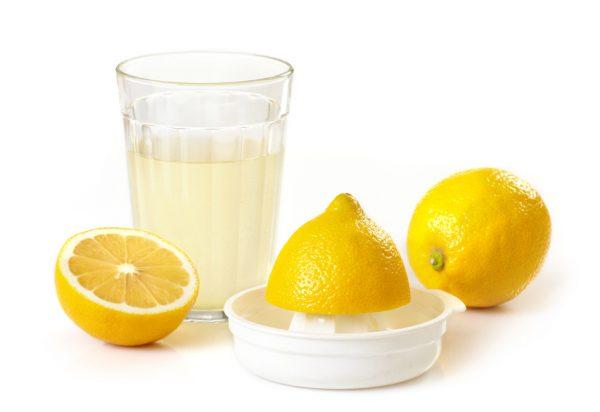 Лимонный сок в прозрачном бокале