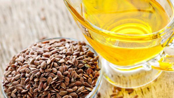 Льняное масло в прозрачной ёмкости