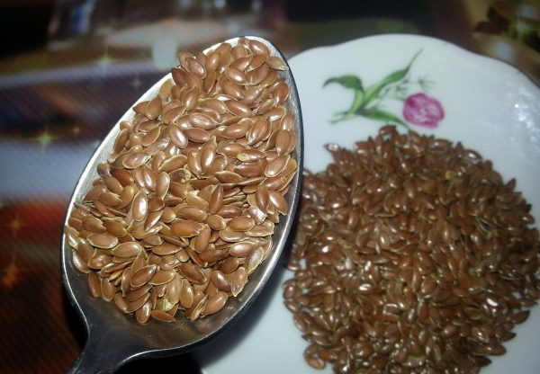 Льняные семена в ложке