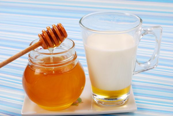 Молоко и мёд в прозрачных ёмкостях