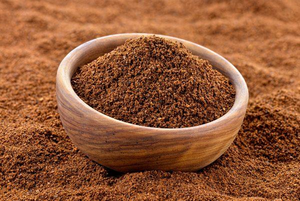 Молотый кофе в деревянной пиале