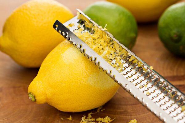 Отделение цедры лимона с помощью специальной тёрки
