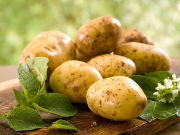 Картофель на деревянной доске
