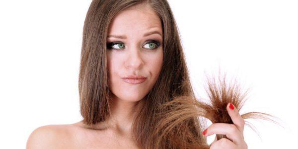 Секущиеся кончики волос у девушки
