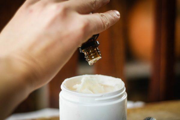 Добавление эфирного масла в готовое косметическое средство