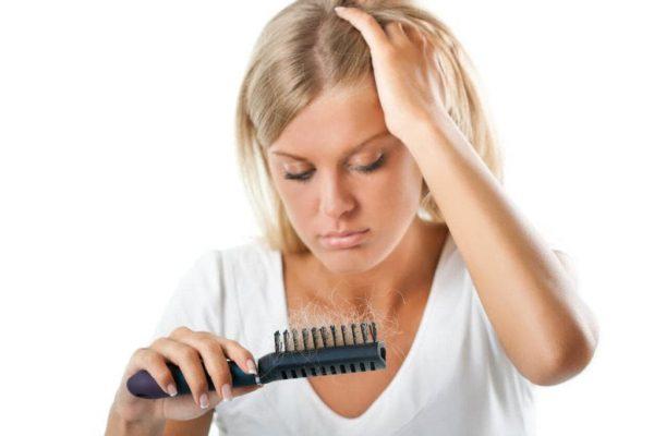 Девушка с расчёской в волосах