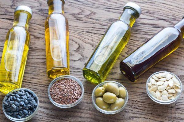 Растительные масла в прозрачных флаконах