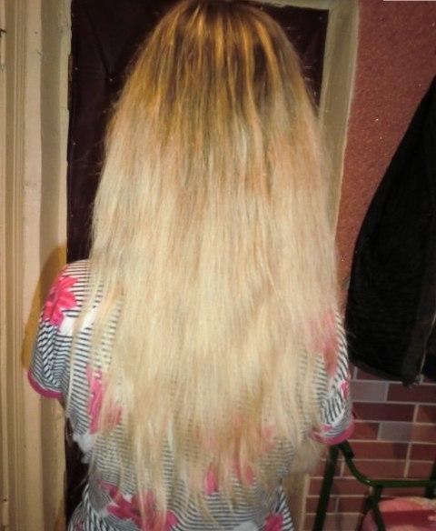 Волосы девушки после использования персиковой выжимки для восстановления окрашенных волос