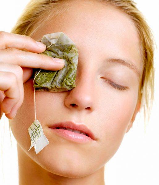 Девушка с чайными пакетиками на глазах