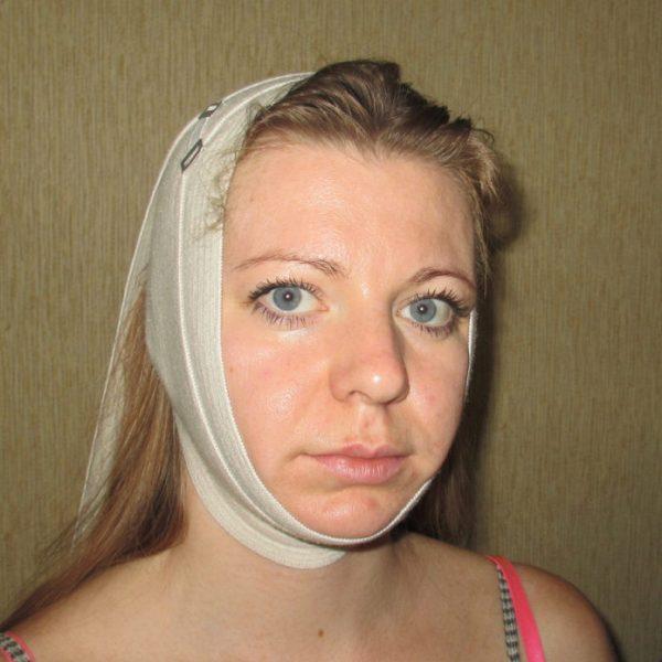 Женщина с компрессом от второго подбородка