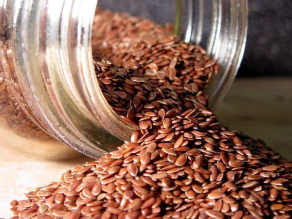 Льняные семена в прозрачной банке