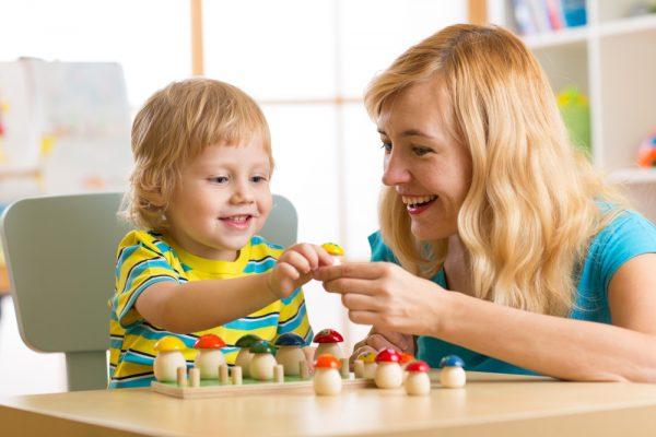 Женщина играет с ребенком