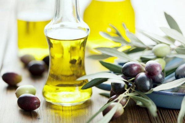 Оливковое масло в прозрачных бутылках