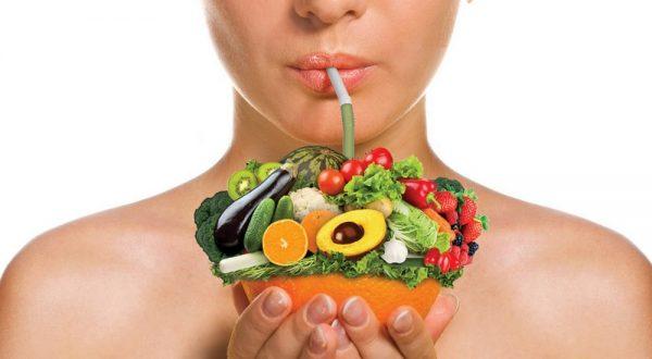 Женщина держит фрукты