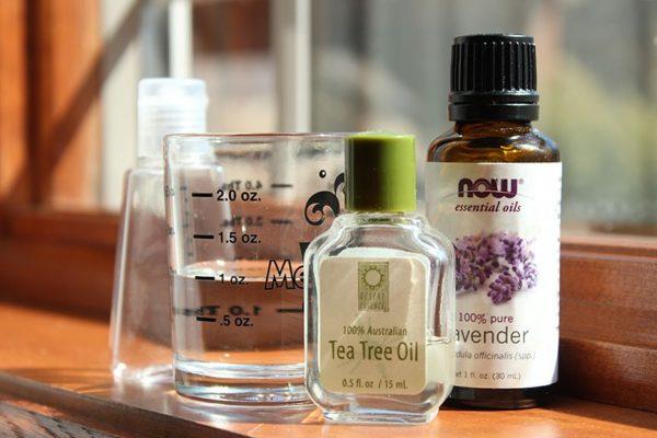 Пузырьки с эфирами чайного дерева, лаванды, мерный стакан и пульверизатор